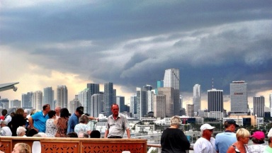 Rob (@ade_rob) of the USA caught this awesome storm in Miami: http://t.co/LEHpAaPUom