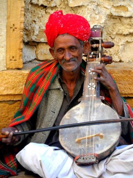 Ayla (@MrsAylaAdvnture) from the UK admired the Rajasthani musicians in India so much that she captured this lovely still: pic.twitter.com/sMwcjnv5ZK