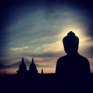 Kristen Bor (@KristenBor) shot a wonderful sunrise at Borobudur, Indonesia. It was the most retweeted photo of the week in #travelpics! pic.twitter.com/v7eRvy3Et3