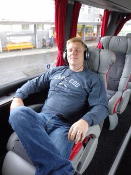 Mark Sullivan (@markenroute) of the USA hit big-time luxury with this European bus ride. Does he look comfortable or what? pic.twitter.com/0MJLuiDZJk