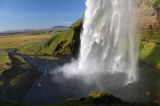Paulina Klimkiewicz (@pk_travels) of the USA got this shot of the famous Seljalandsfoss falls in Iceland: https://twitter.com/pk_travels/status/562345209087139840/photo/1