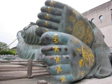 Rachel (@RachelTheRamblr) of the USA shot the feet of the reclining Buddha while in Japan: http://t.co/bVvG7ep01U