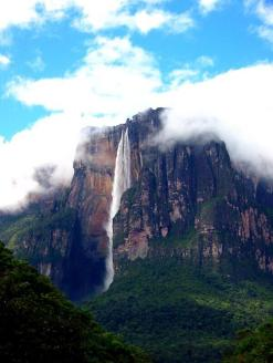 Tamara (@Turtlestravel) of the USA waited a long time in Venezuela to catch a shot of Angel Falls. It paid off! pic.twitter.com/w3vopwR4OL