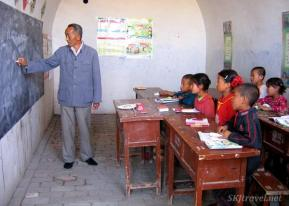 Shara (@SKJtraveler) of the USA found a schoolteacher in a small village in China. I don't think that graduating class will be all that huge. https://twitter.com/SKJtraveler/status/509056103200473088/photo/1